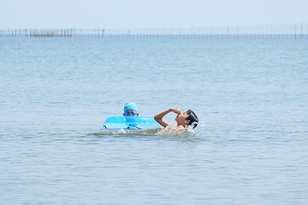 マイアミ浜オートキャンプ場で湖水浴