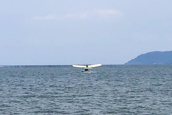 琵琶湖に着水する水上飛行機