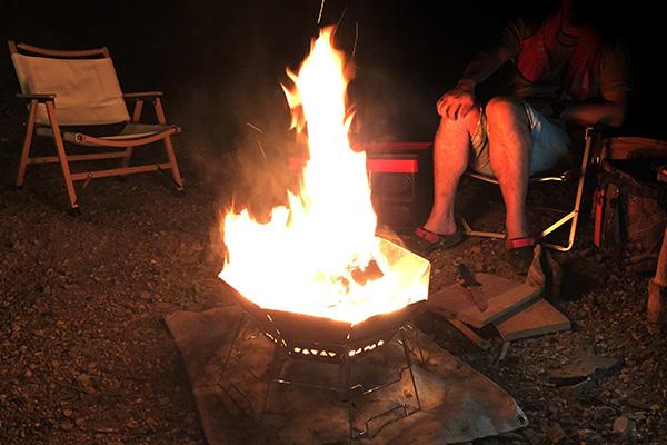 オクタゴンロで焚火