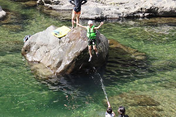川に飛び込む子供達