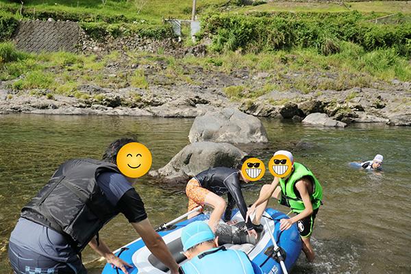 ボートに飛び乗る子供達