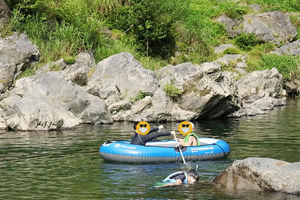 ボートで遊ぶ子供たち