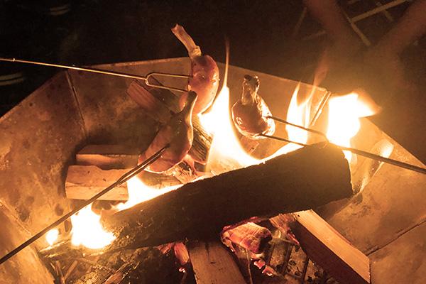 骨つきソーセージを焚き火で焼く