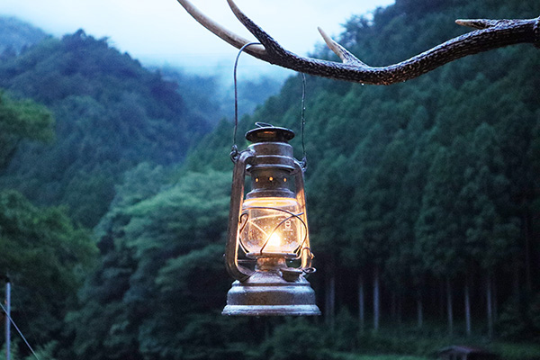雨上がりの夕暮れにハリケーンランタンを灯す