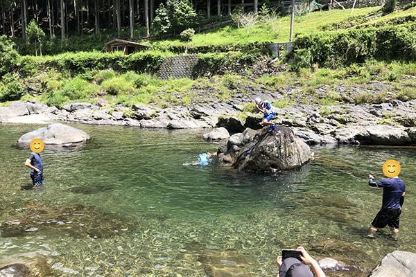 川に飛び込む子供達/庵の郷
