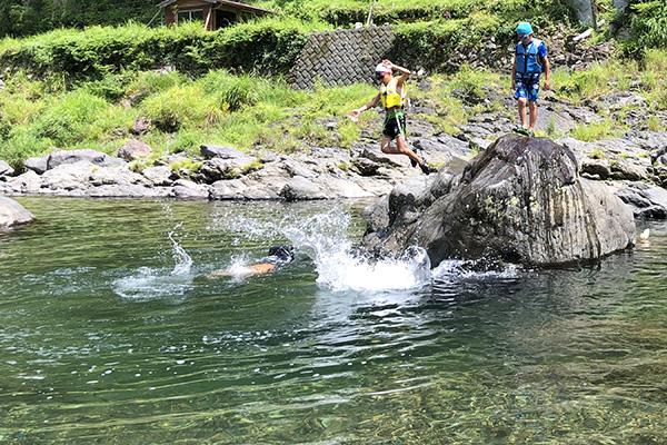 やっぱり川遊びで飛び込む子供たち