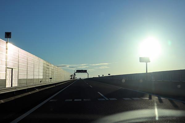 高速道路での朝日