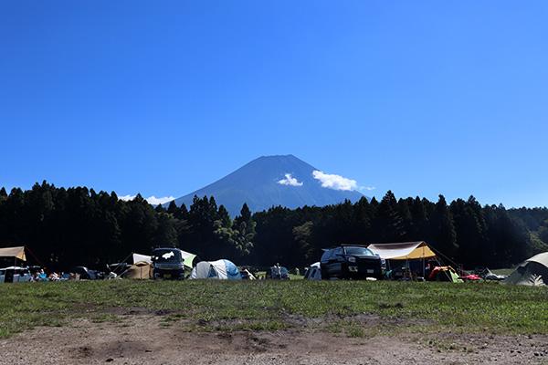 ハートランド朝霧管理棟前から朝の富士山