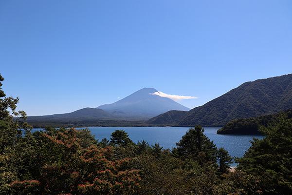 本栖湖越しの千円札の富士山