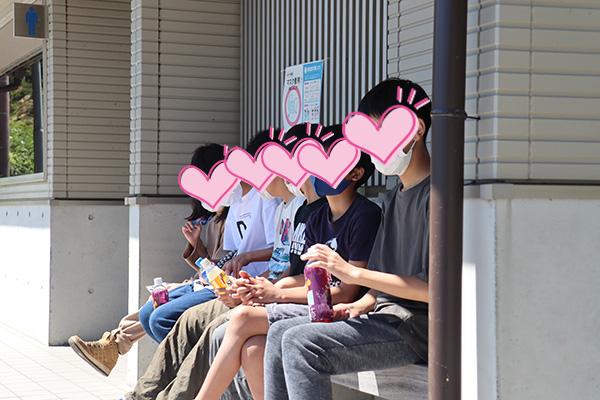 浩庵の日本一有名な公衆トイレのベンチに座る子供たち