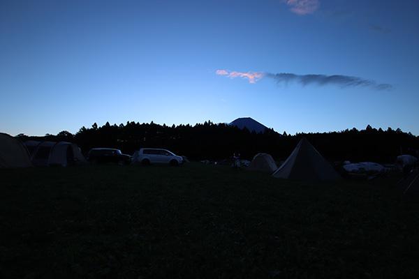 朝日が登る前のシルエットのの富士山