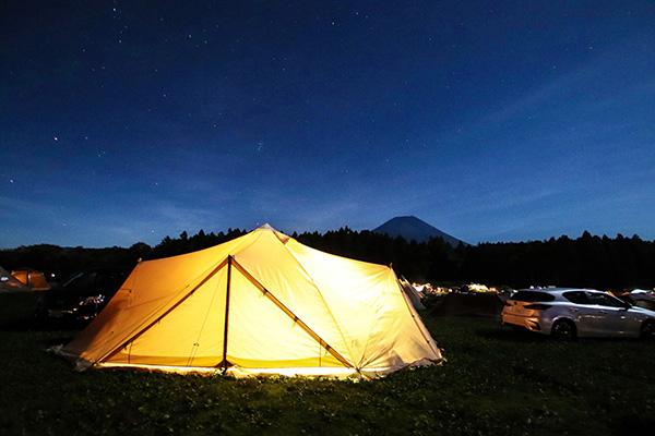夜空に浮かび上がる富士山と星空とスカイパイロットTC