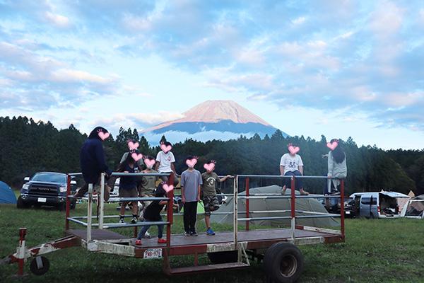ハートランド朝霧のトレーラーで遊ぶ子供たちと富士山