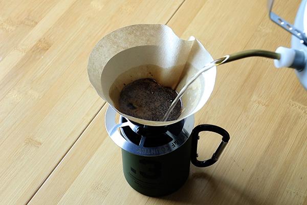 A&Fラウンドドリッパーでコーヒーをドリップ